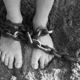 鎖で縛られた足