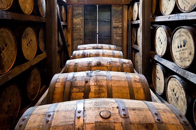 樽で熟成されるウイスキー