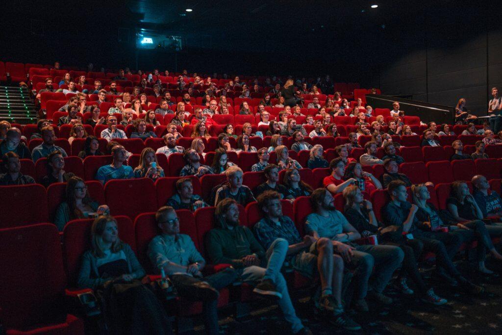 映画館で映画を観る人たち