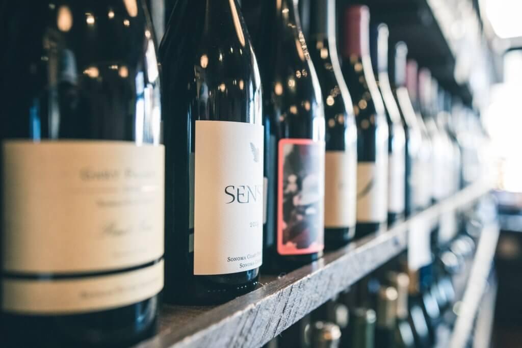 棚に並ぶワイン