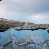 地図を見ながら運転