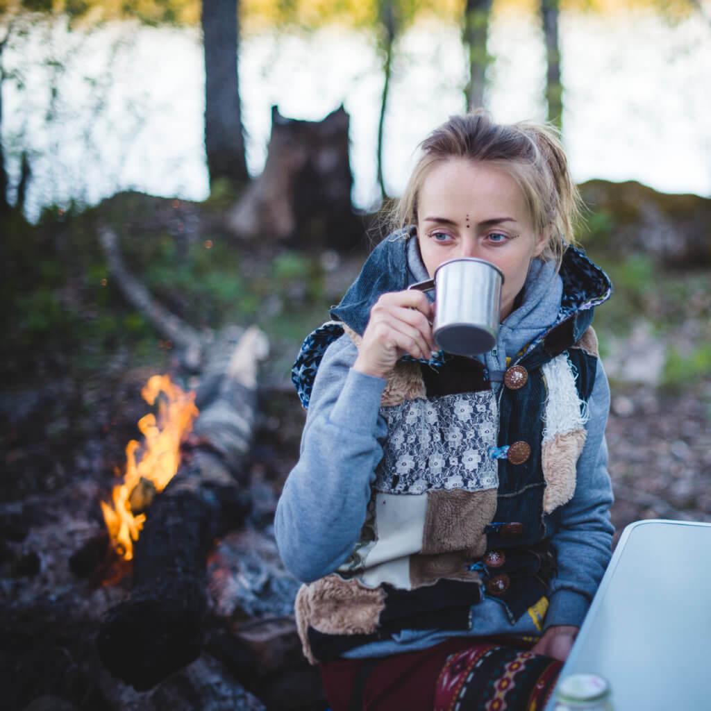 秋キャンプを楽しむ女性