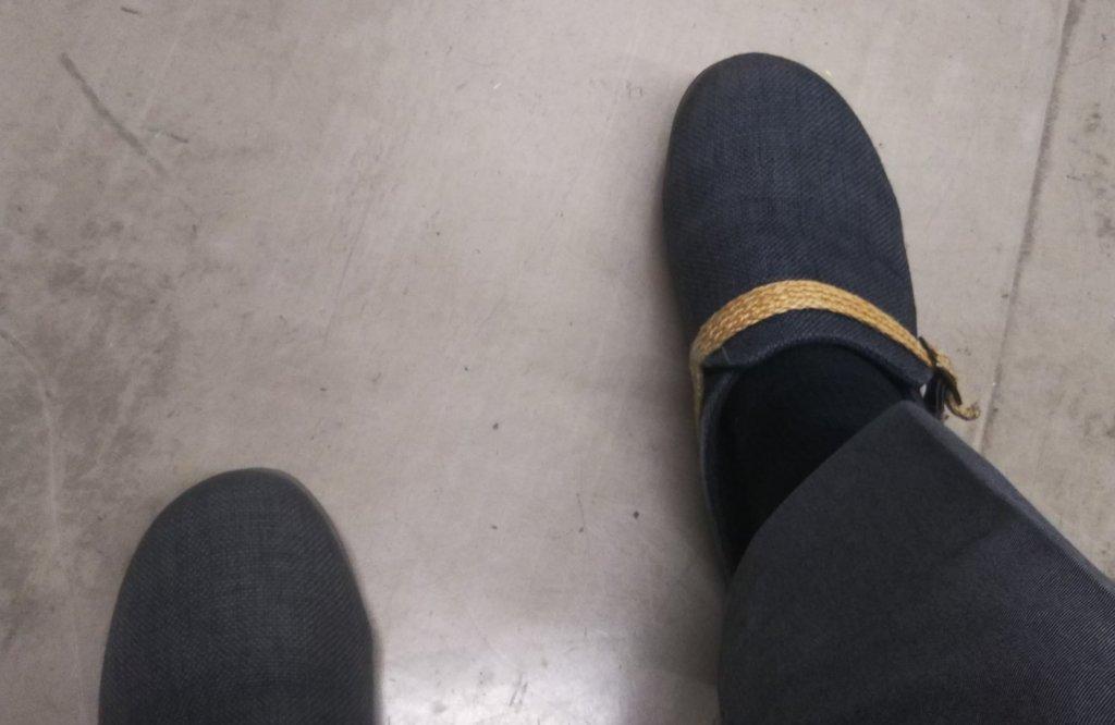 職場でサボサンダルを履いている写真